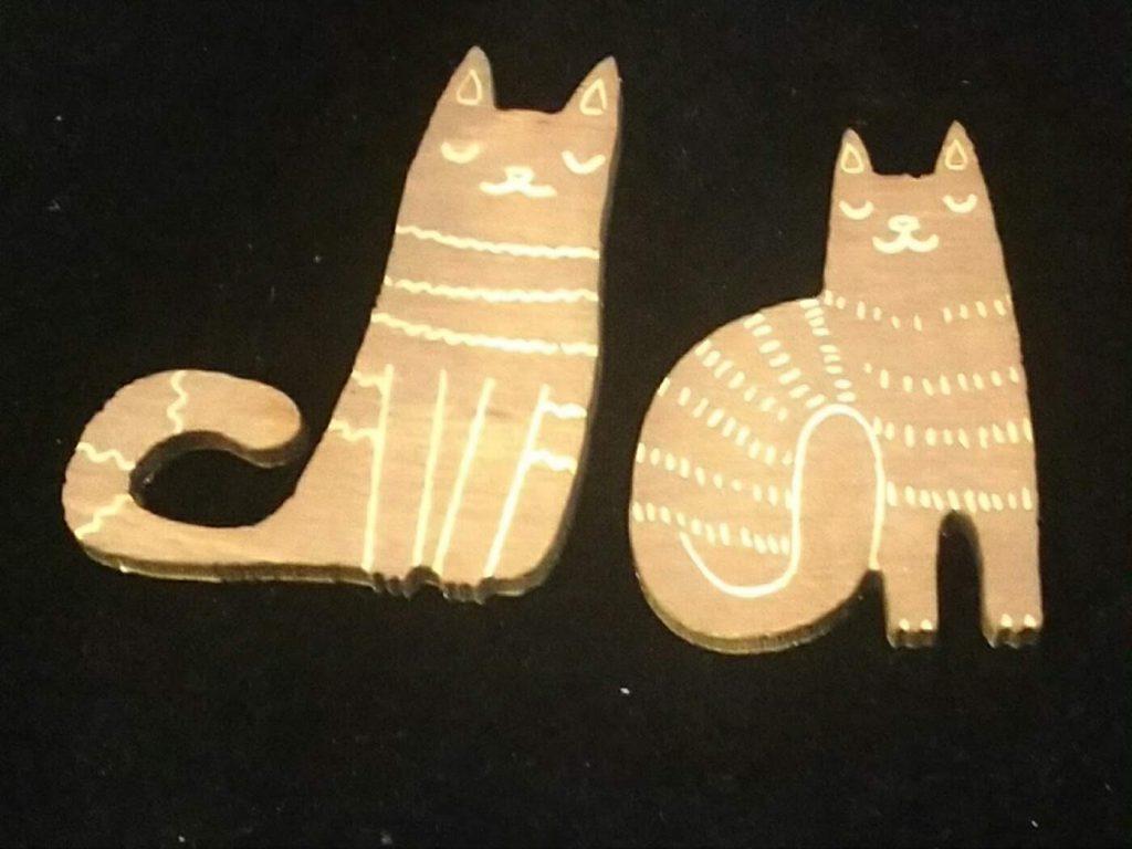 染色シナ合板からレーザー彫刻と切り抜きで猫のチャームを作成